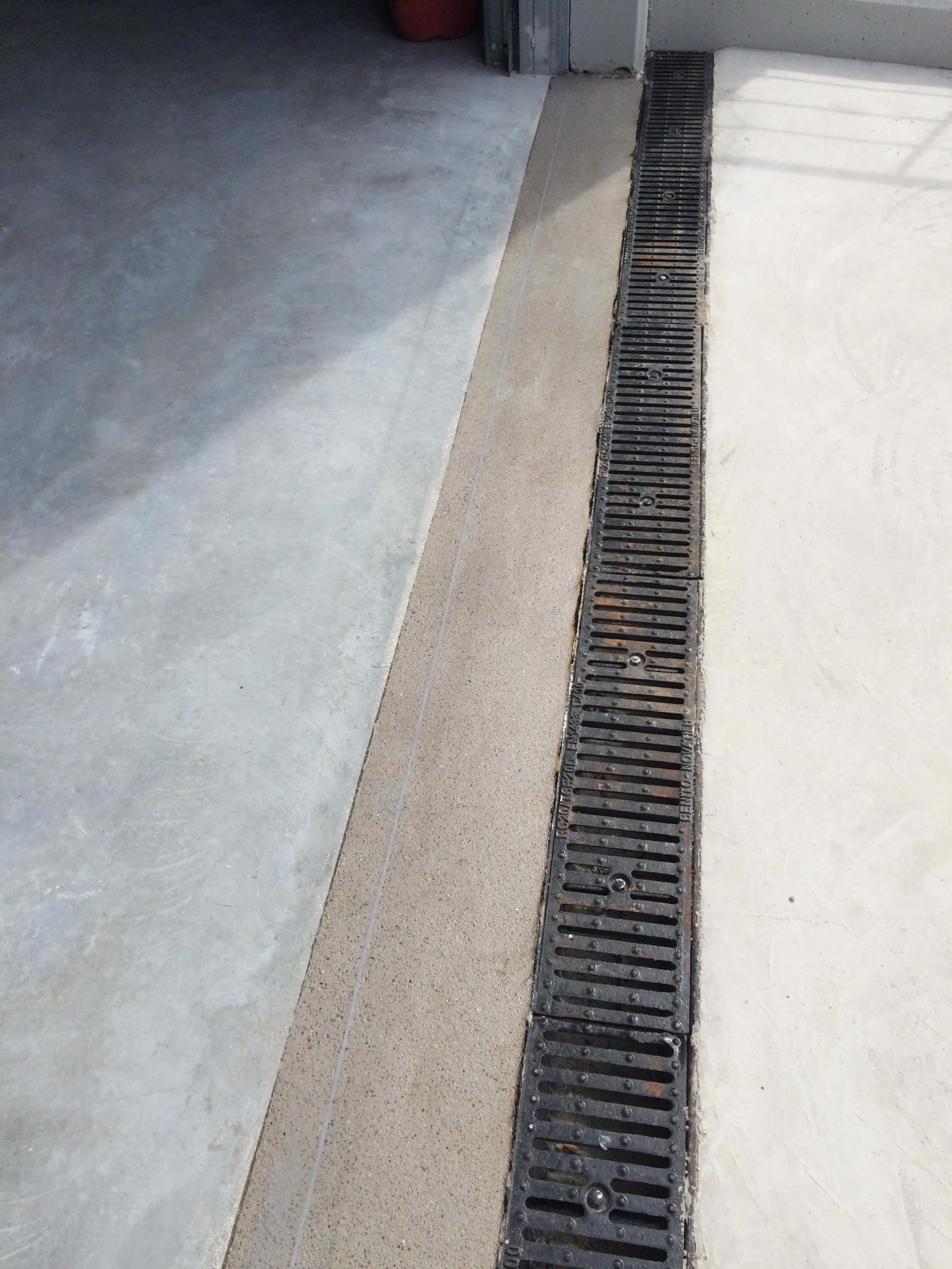 Reparació pas de porta sobre placa prefabricada
