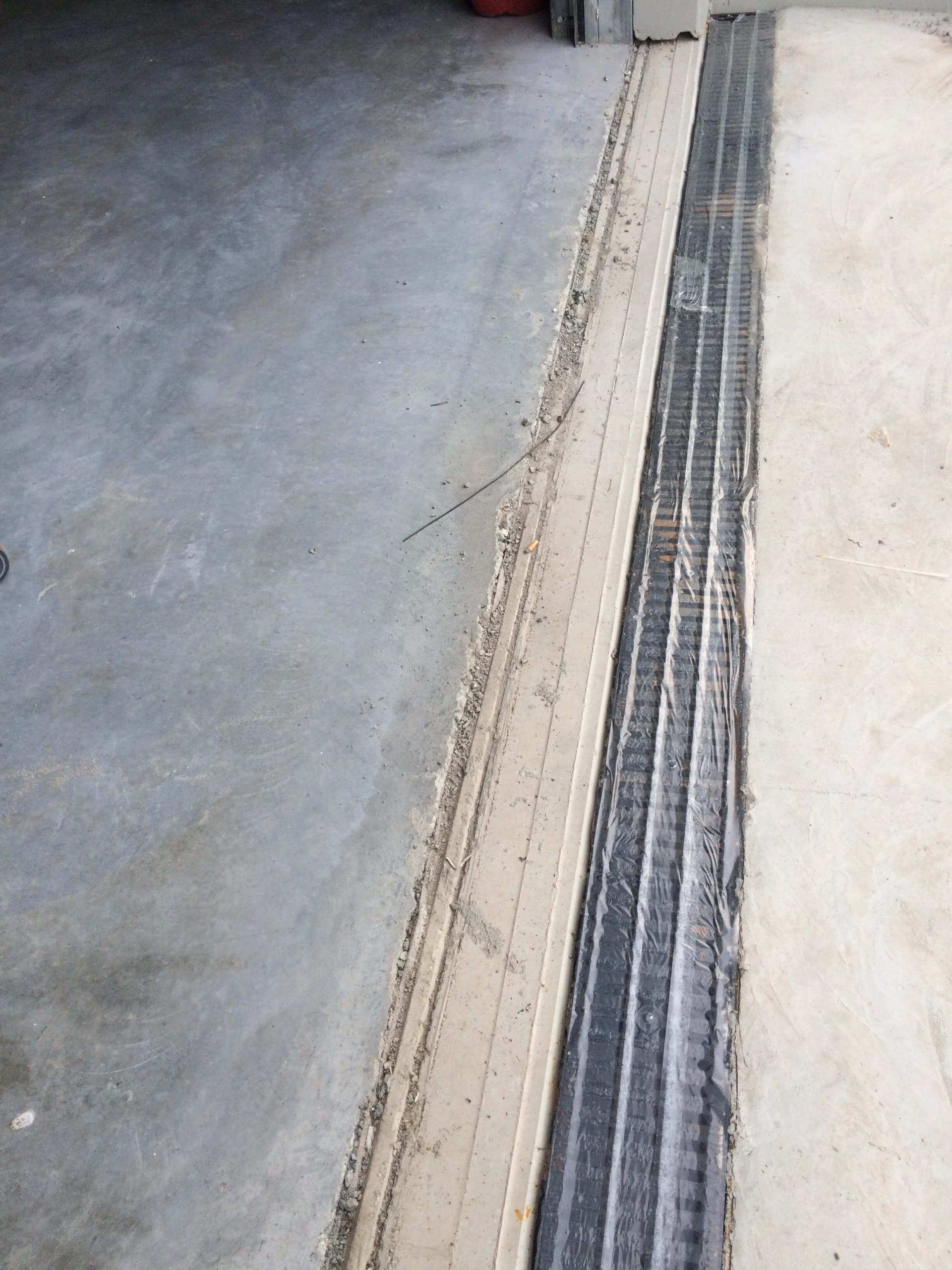 Junta pas de porta sobre placa prefabricada